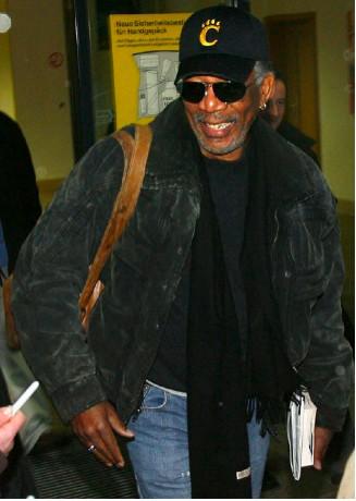 Morgan Freeman saliendo del hospital