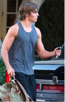 Zac Efron enseñando músculo