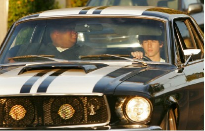 Nick jonas en Mustang