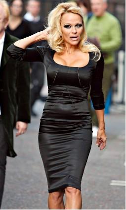pamela Anderson en vestido negro