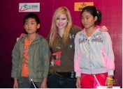 Avril Lavigne con Niños en China