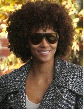Halle Berry con look afro