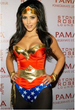 Kim Kardashian es la Mujer Maravilla en Halloween