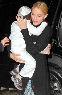 Madonna Con David Banda en la Cabalá