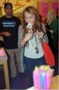 Miley Cyrus disfruta de un helado