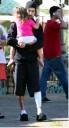 Travis con su hija despues de salir del hospital