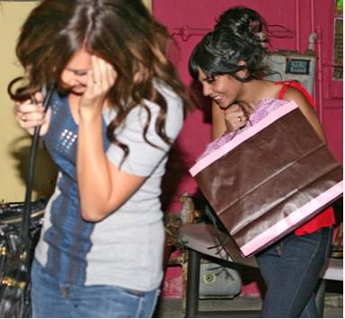 Vanessa Hudgens y Ashley Tisdale se cubren de las cámaras