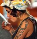 Amy Winehouse bebiendo