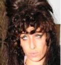 Amy Winehouse con extenciones
