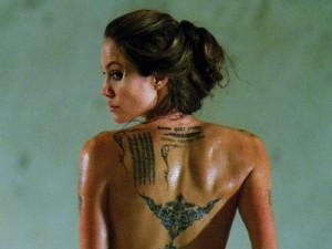 Angelina Jolie tatuajes espalda
