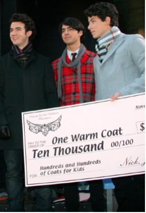 Jonas Brothers donan 10 mil dólares a niños necesitados