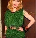 Madonna con look verde