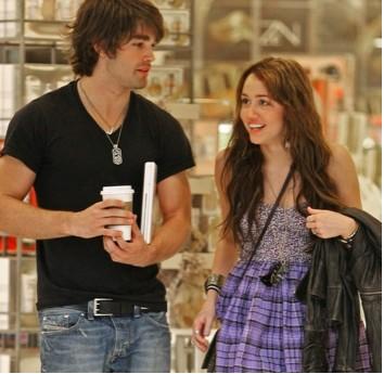 Miley Cyrus y su novio Justin Gaston de compras