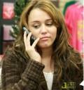 Miley Cyrus hablando por telefono