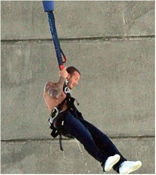David Beckham salta en bungee