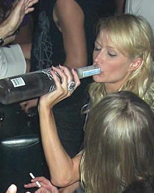 El estilo de Paris Hilton bebiendo de la botella