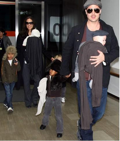 Angelina Jolie y Brad Pitt con sus hijos en Japón
