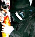 Michael Jackson cubreindose el rostro