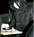 Michael Jackso se cubre el rostro y cabeza
