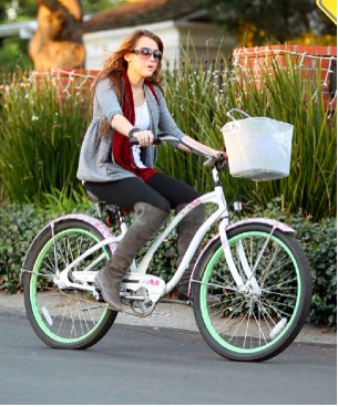 Miley Cyrus muy fashion en bicicleta