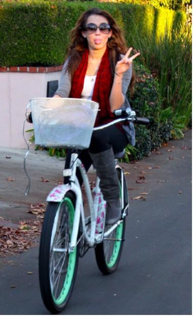 Miley cyrus en bicicleta tv y espect culos for Espectaculos televisa recientes