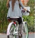 Miley Cyrus en Bicicleta muy fashion