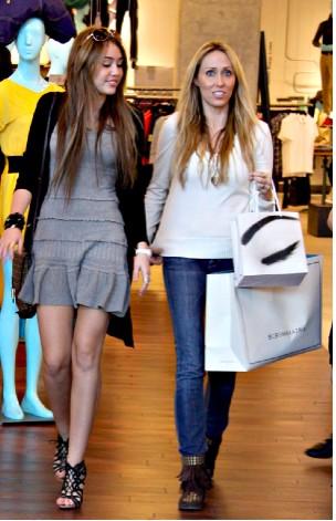 Miley Cyrus de compras con su mamá