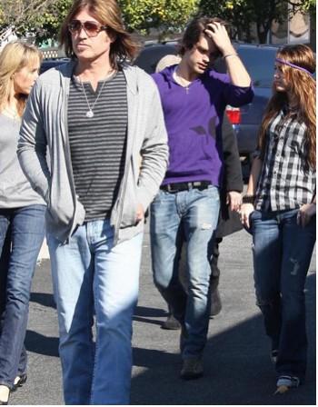Miley Cyrus va a la Iglesia con su novio y su papá