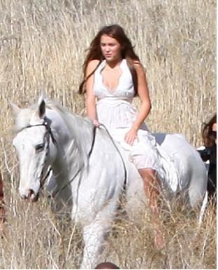 Miley Cyrus montando