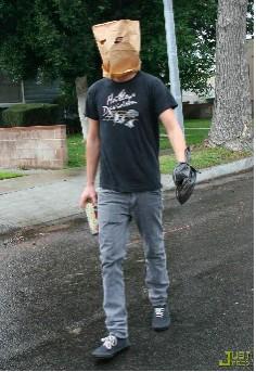 Shia LaBeouf sale a la calle con una bolsa en la cabeza