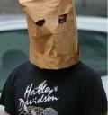 Shia LaBeouf con bolsa en la cabeza