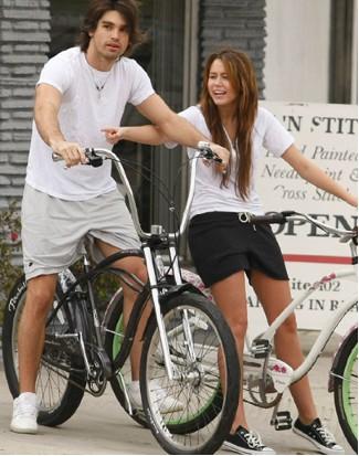 Miley Cyrus en bici con Justin Gaston