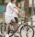 Miley Cyrus con su novio en bicicleta