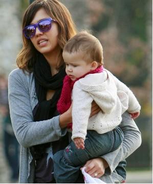 Jessica Alba lleva a su hija de paseo al parque