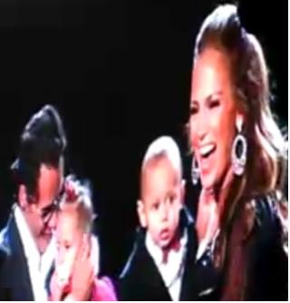 Marc Anthony muestra a su familia en su concierto