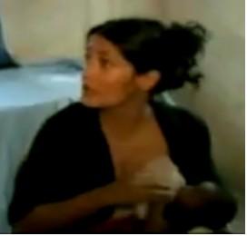 Salma Hayek amamantando a bebé con hambre