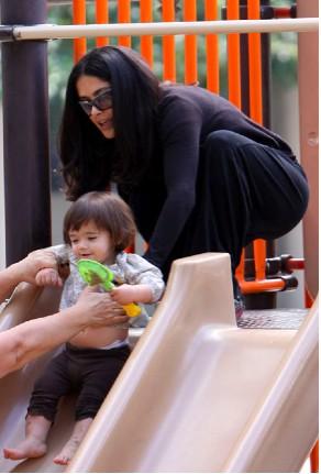 Salma Hayek jugando con Valentina Paloma