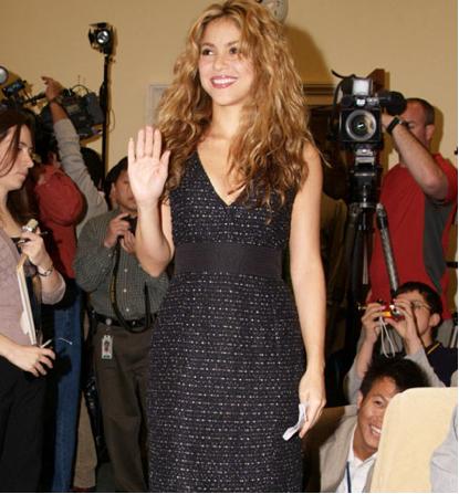 Shakira inaugura escuela en Colombia