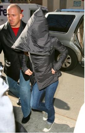Jennifer Aniston se cubre de los paparazzi