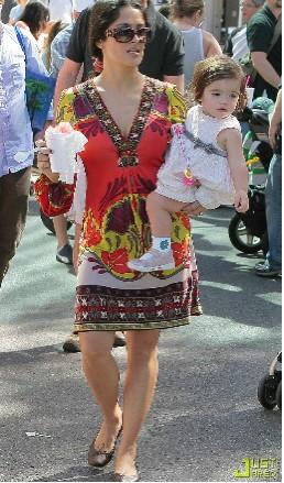 Salma Hayek con Valentina Palima en La Feria