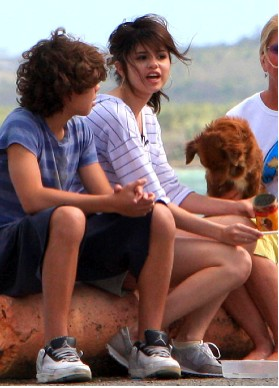 Selena Gomez alimenta perros en Puerto Rico
