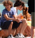 Selena Gomez da de comer a perros callejeros