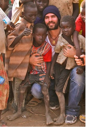 Eduardo Verastegui ayuda a la gente de Darfur
