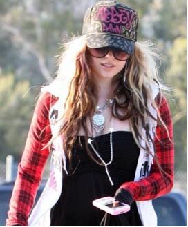 Avril Lavigne pide ayuda a paparazzo