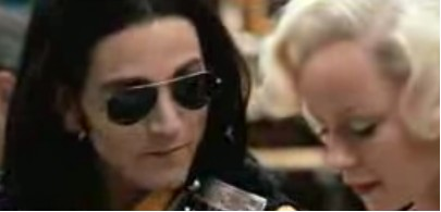 Diego Luna como imitador de Michael Jackson