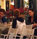 Robert Pattison comiedo en Restaurante
