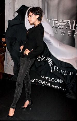 Victoria Beckham presenta nueva campaña con Emporio Armani