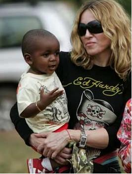 Autorizan a Madonna adopción de niña de Malawi