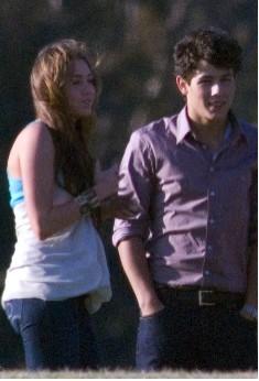 Miley Cyrus muy cariñosa con Nick Jonas