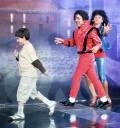 Omar Chaparro como Michael Jackson